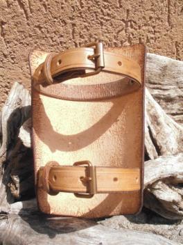 Bracelet réglable à l'aide de deux sangles et de boucles en laiton vieilli.